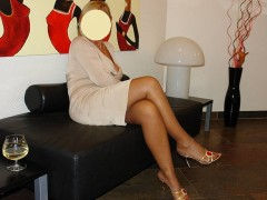 DOAMNA, blonda, 40 de ani, ofer masaj de relaxare pe masa de masaj